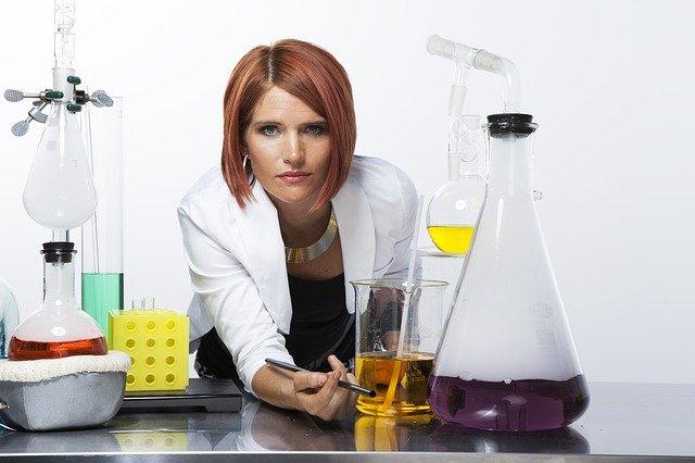 žena v laboratoři
