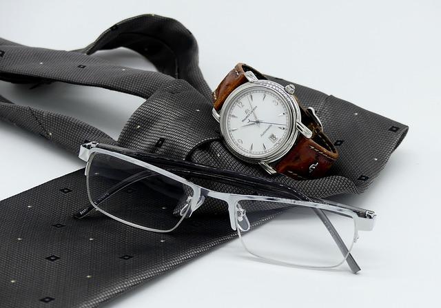 hodinky, kravata a brýle na čtení